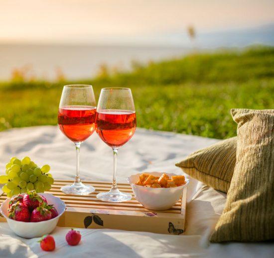 Att packa i den romantiska picknickkorgen