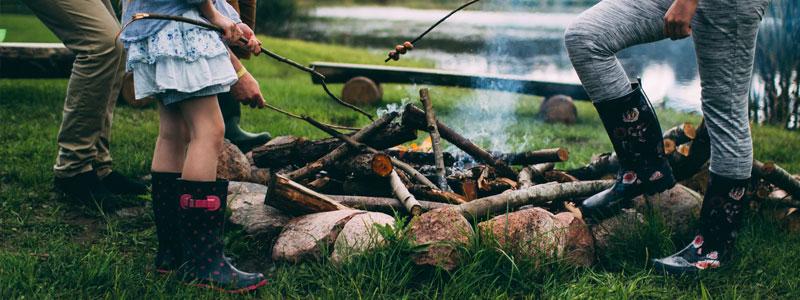 Grilla! Samla alla du känner, stora och små, familj och vänner, och gör upp en eld på en vacker plats. Grilla korv och marshmallows och bara umgås. Det kommer bli skönt och avslappnat. Om du vågar – bjud med dejten! Det blir ett riktigt eldprov...  ;)