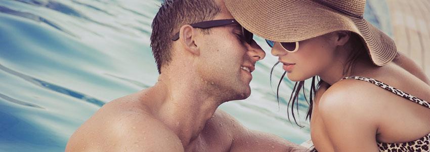 3. Besök ett hotell. Många hotell kan man besöka bara över dagen. Välj gärna ett med pool. Njut av god mat och romantiska stunder vid poolkanten. Blir som en liten minisemester!