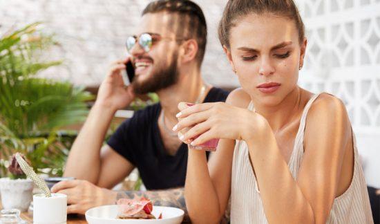 Oförskämt att kolla mobilen under en dejt?